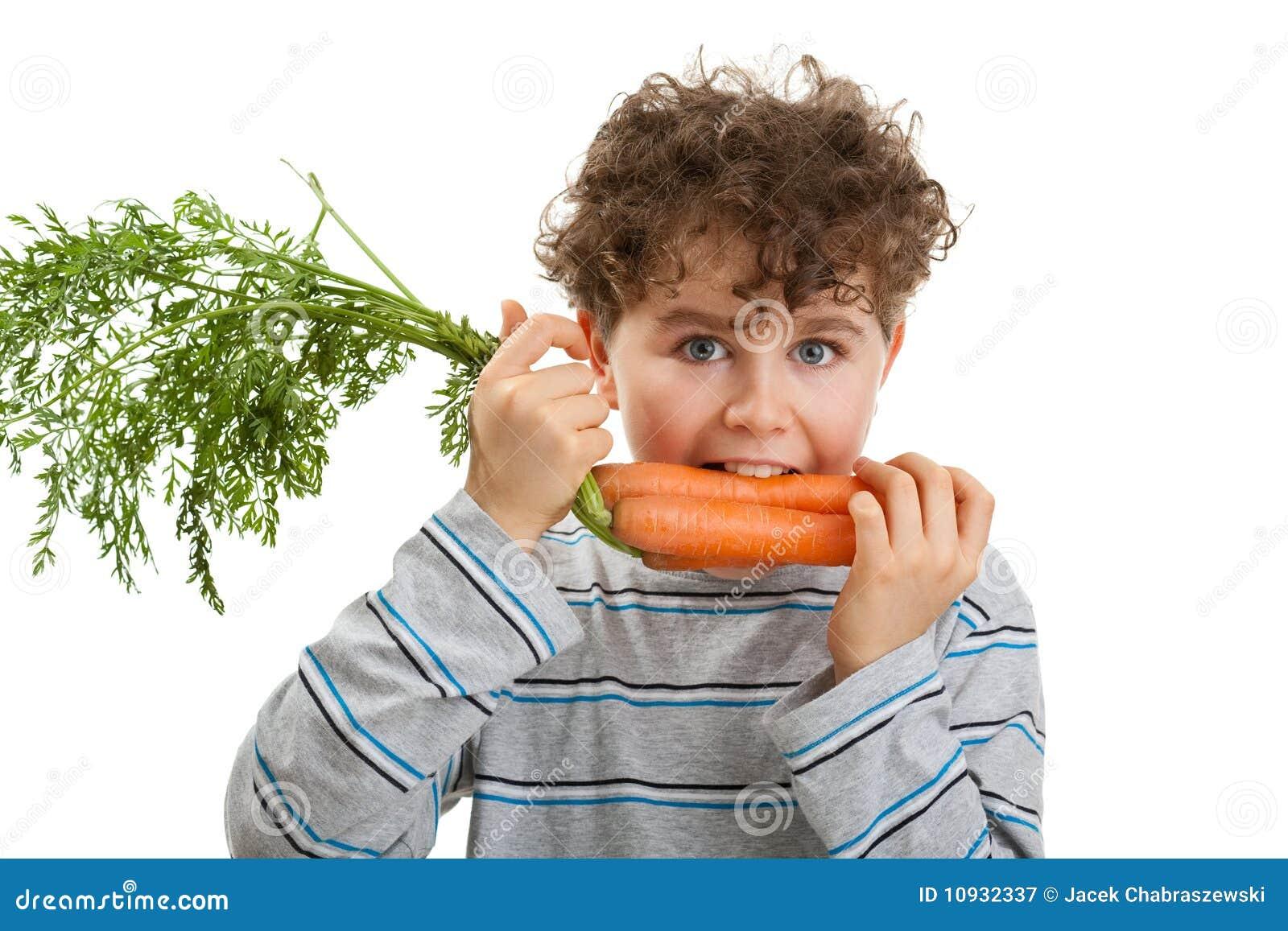 еда моркови мальчика свежая