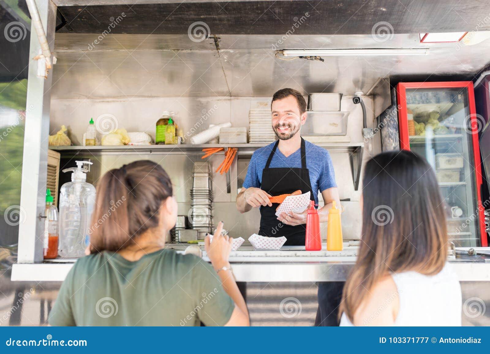 Еда сервировки предпринимателя тележки еды