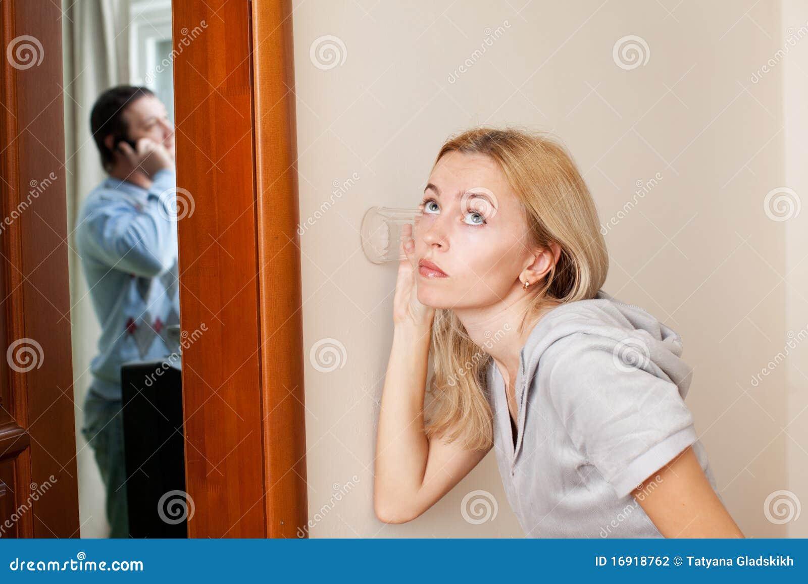 ее супруга супруга ревнивый подслушивая