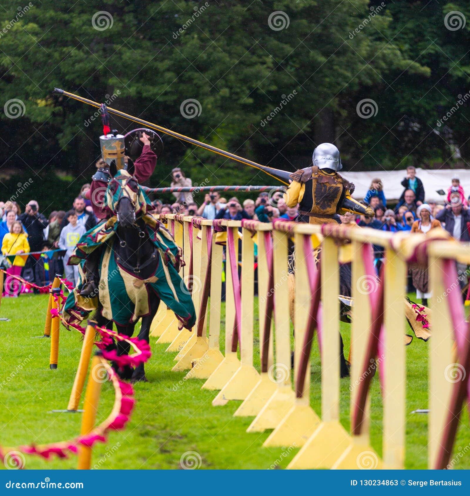 Ежегодный средневековый бясь на поединке турнир на дворце Linlithgow, Scotla