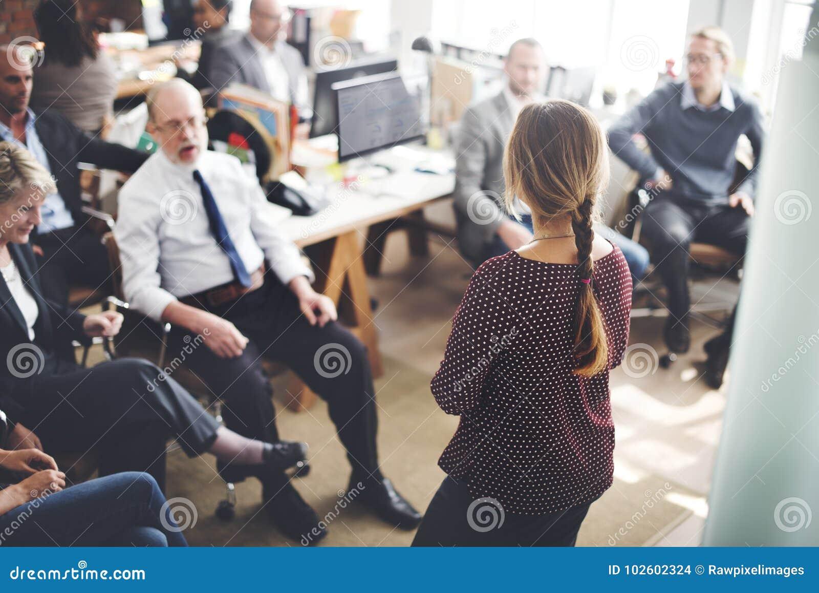 Ежедневная жизнь бизнесменов на офисе