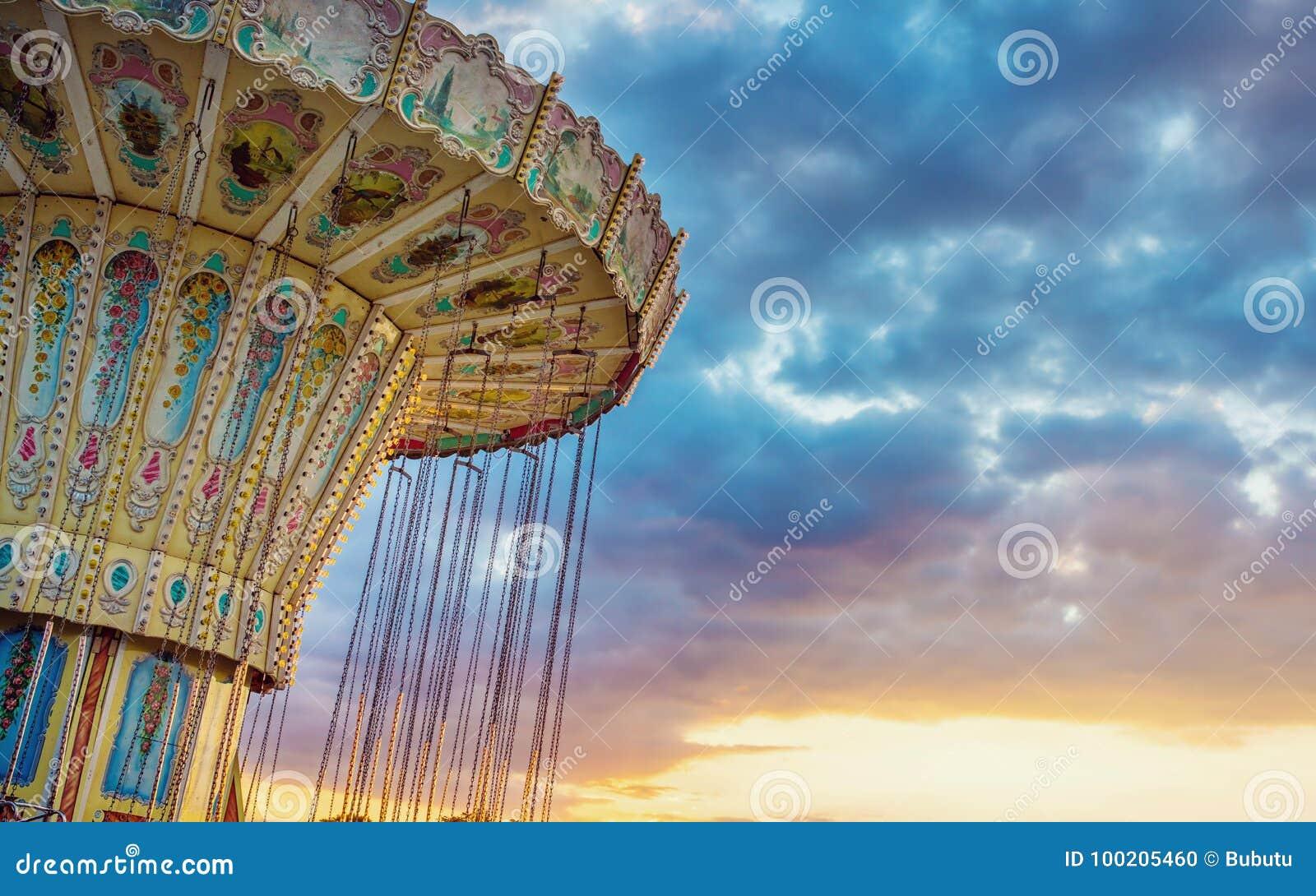 Езда corousel свингера волны против голубого неба, винтажного effe фильтра