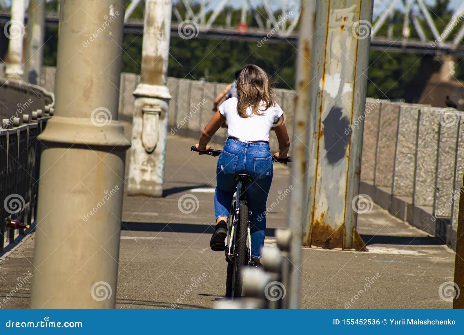 Езды девушки велосипед E Спорт и воссоздание