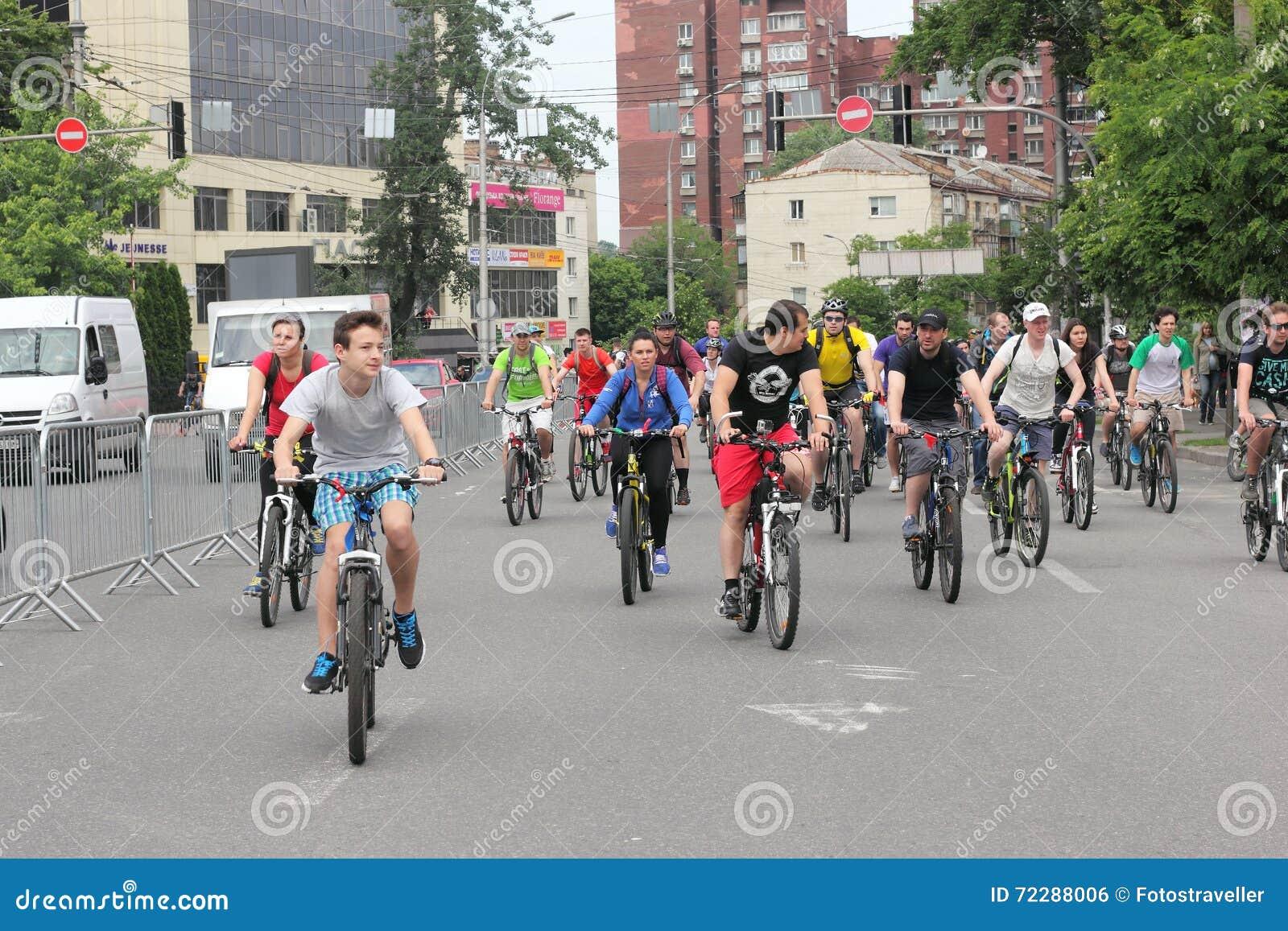 Download Езда велосипеда молодости через улицы города Редакционное Фото - изображение насчитывающей развитие, украина: 72288006