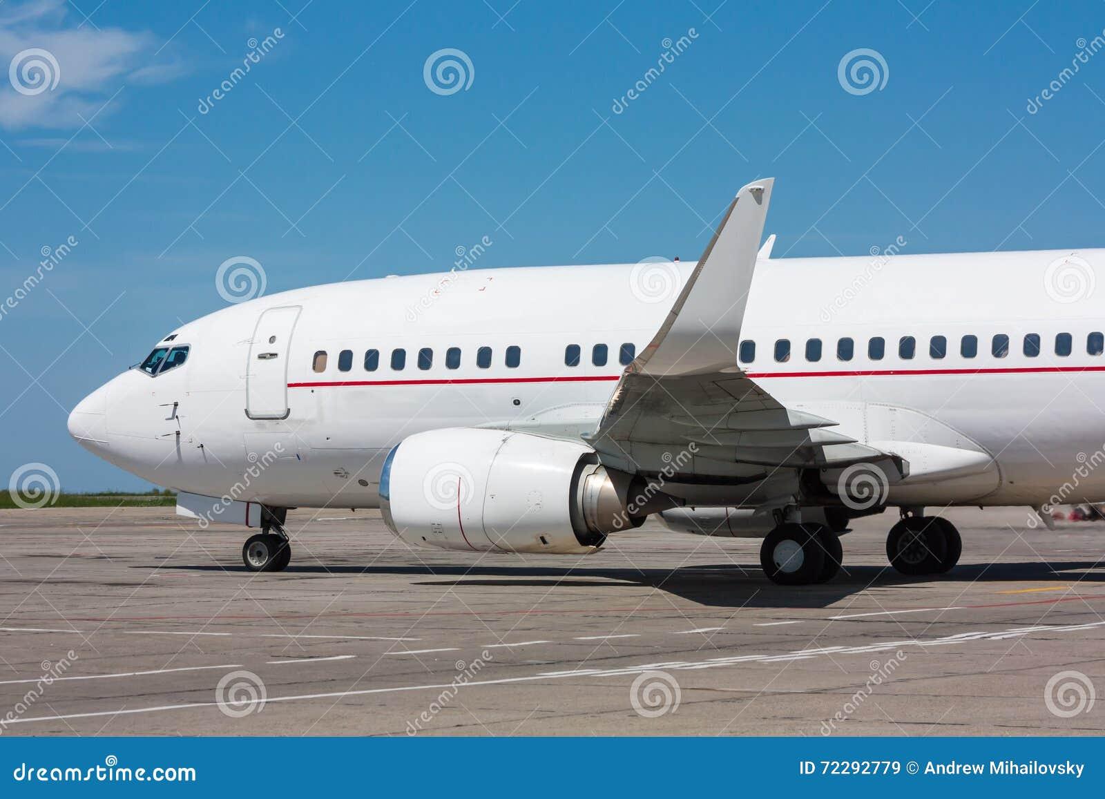 Ездя на такси самолет на рисберме авиапорта