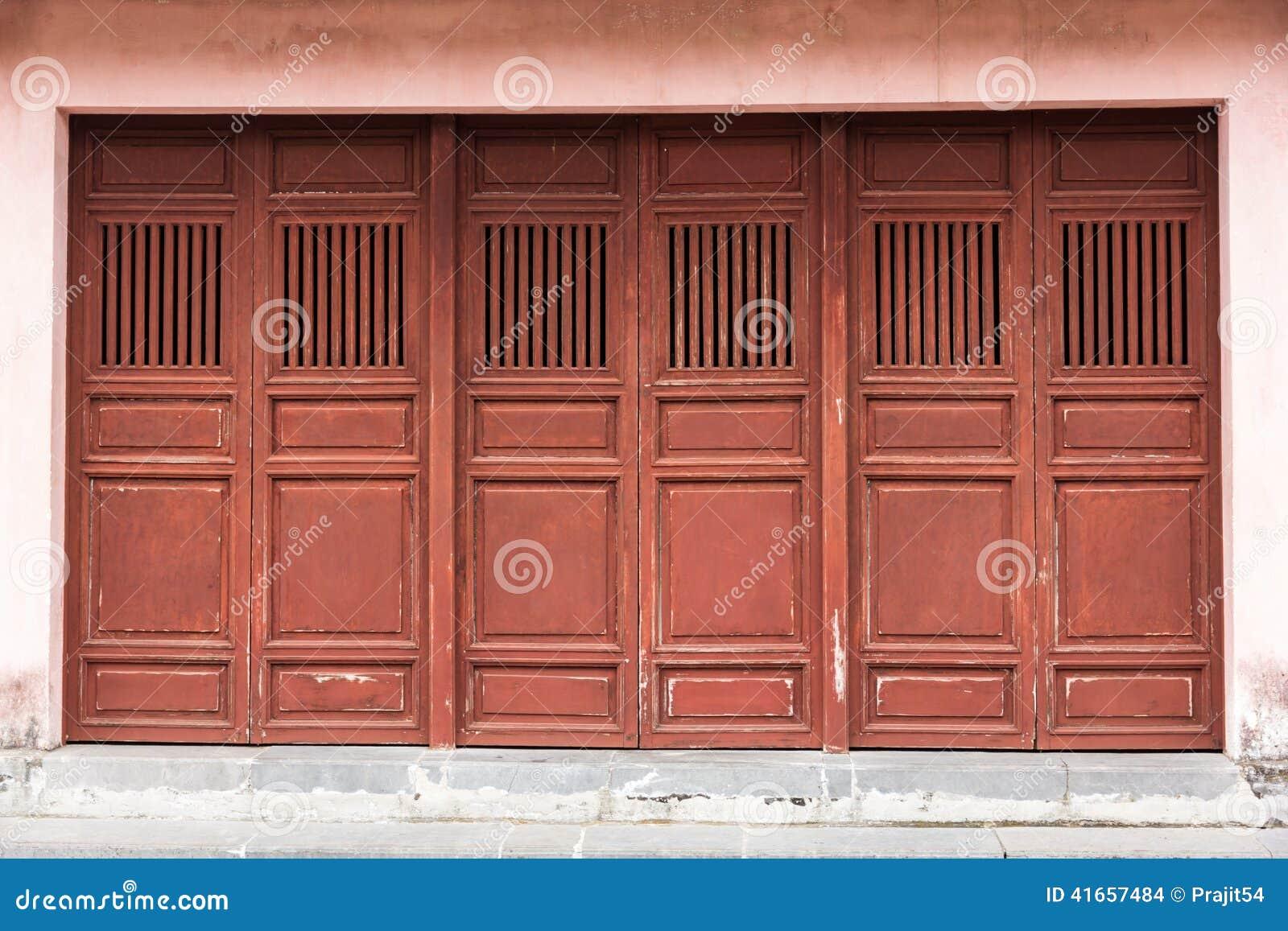 деревянное дверей старое