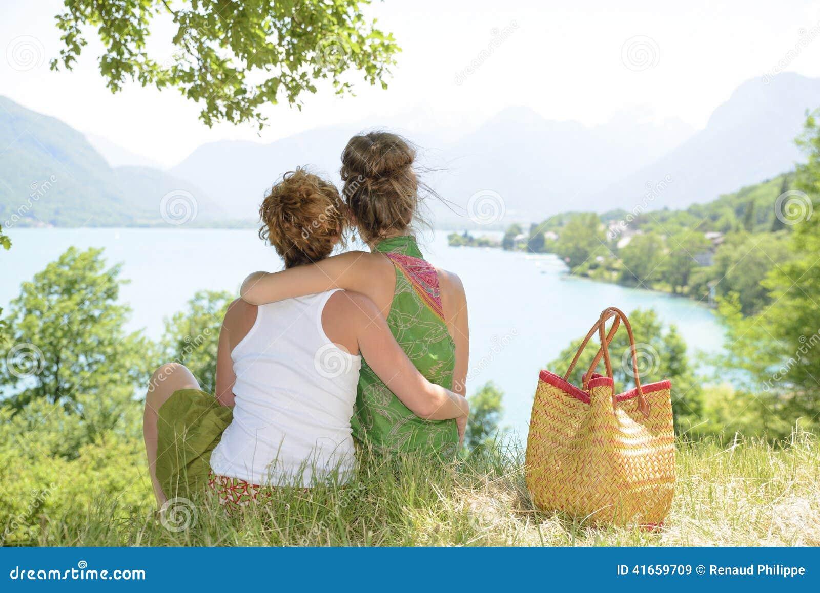 2 лесбиянки в природе восхищают ландшафт