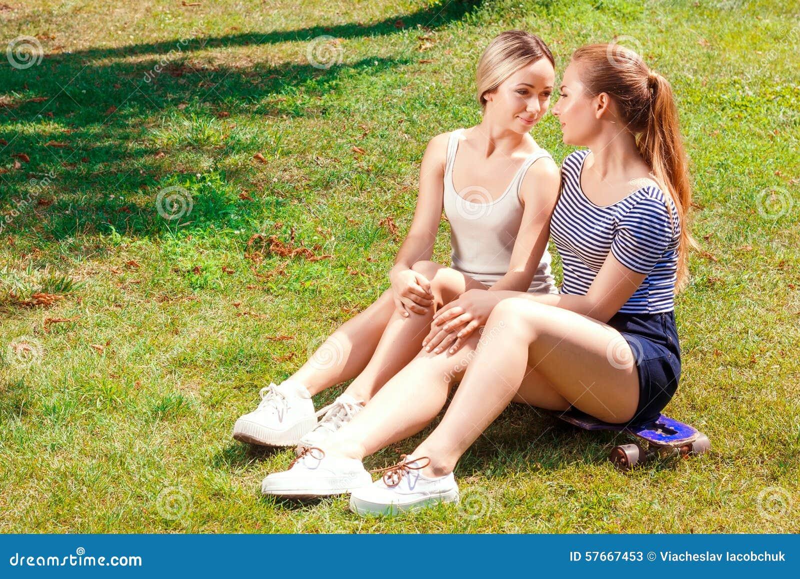 Лесбиянки на траве