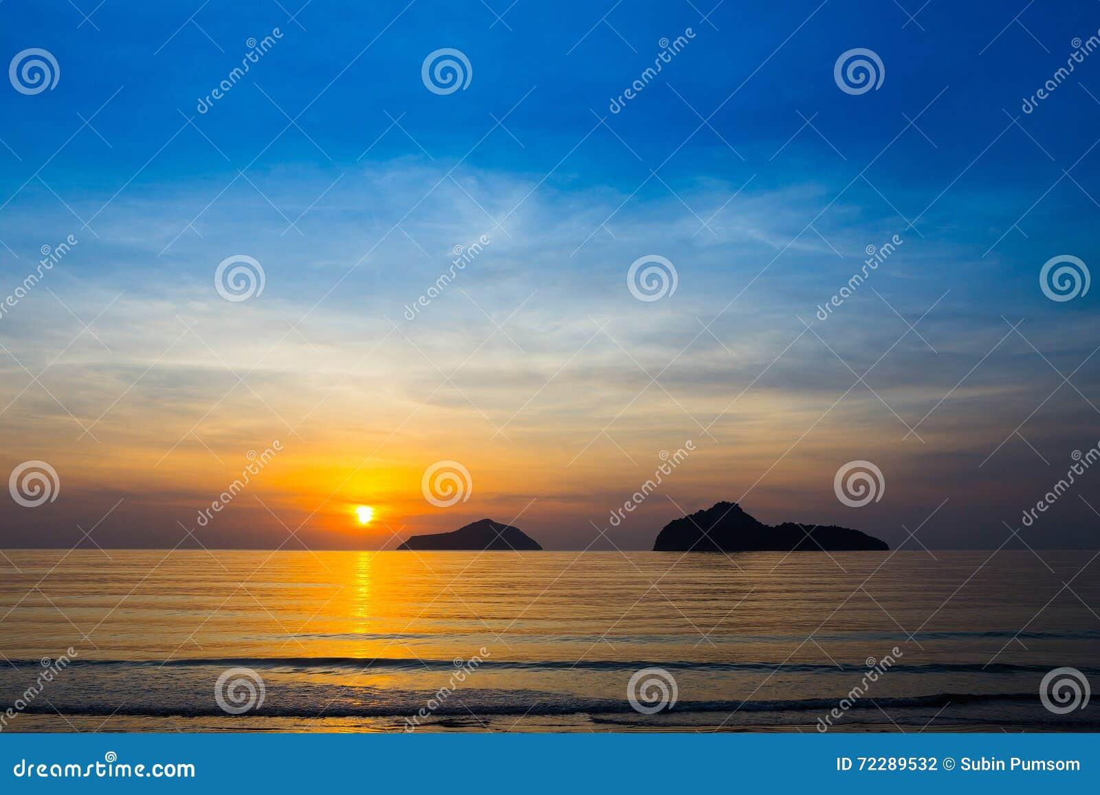 Download Естественная сцена на пляже Ao Manow во времени восхода солнца Стоковое Фото - изображение насчитывающей сумрак, померанцово: 72289532