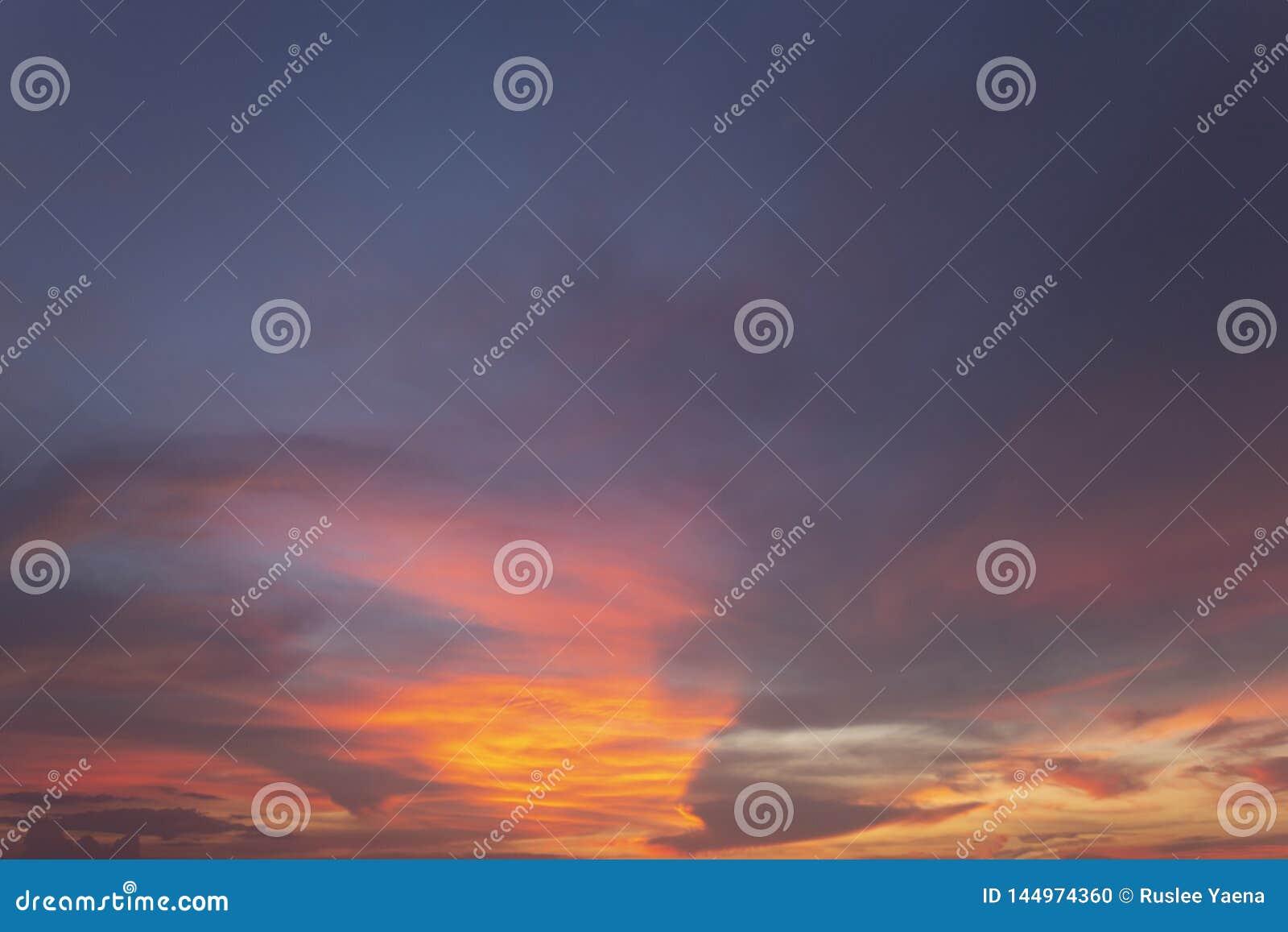 Естественное небо вечера цветов посветить новому дню для рая, свет от