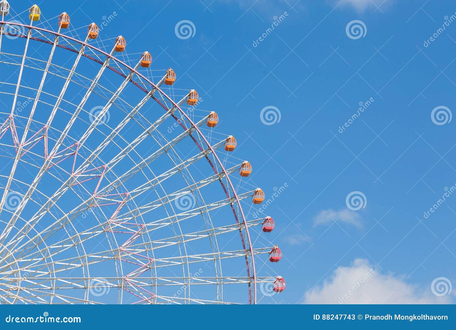 Естественное ясное голубое небо с большим колесом ferris