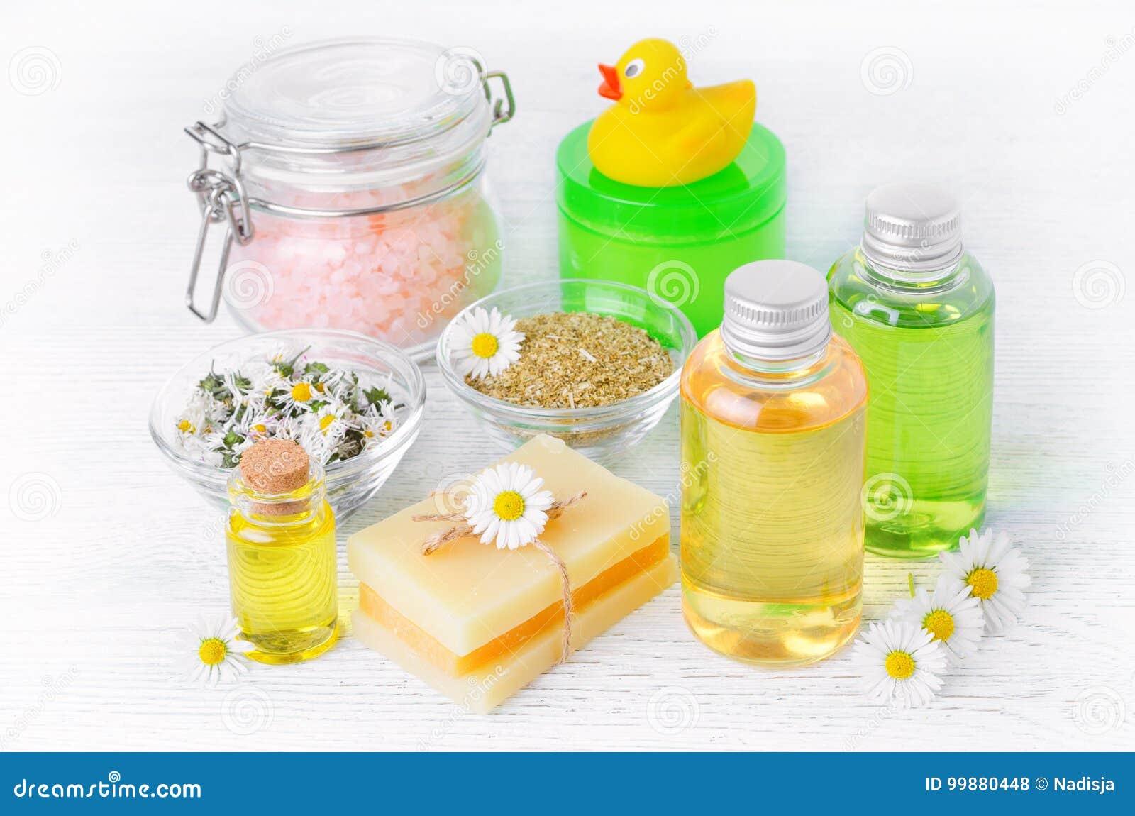 Естественные продукты заботы младенца с стоцветом смазывают, цветки выдержка, мыло, соль, сливк и шампунь