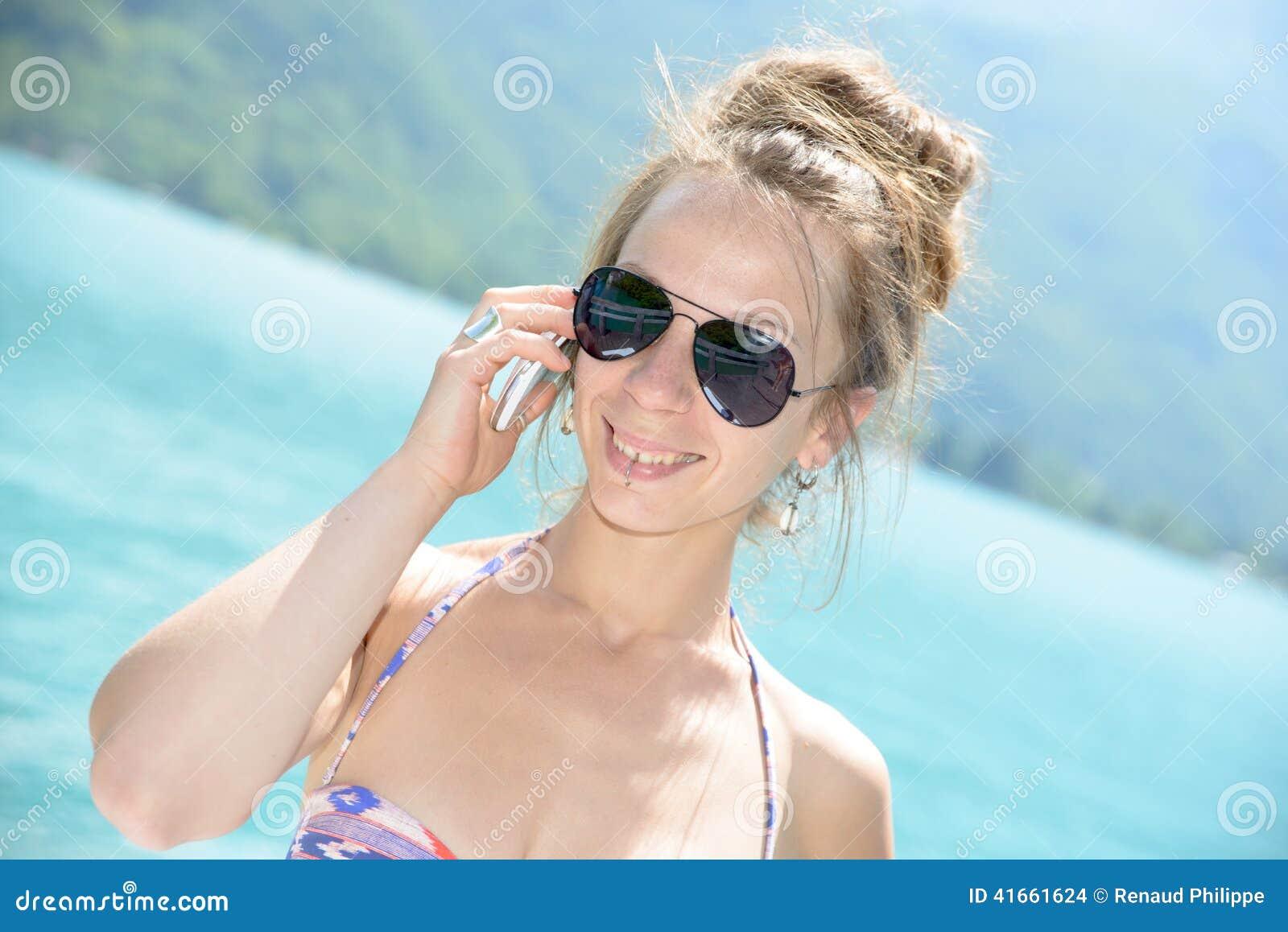 Естественный берег бронзы молодой женщины
