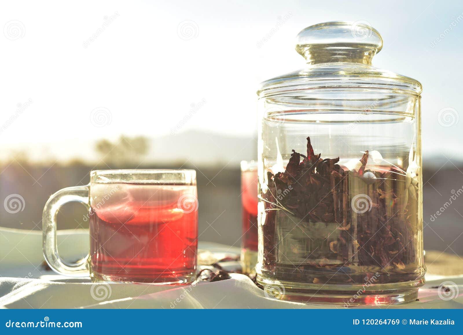 Естественный красный чай льда сделанный гибискуса цветет вызванные лепестки Fleur de ямайкой в Мексике