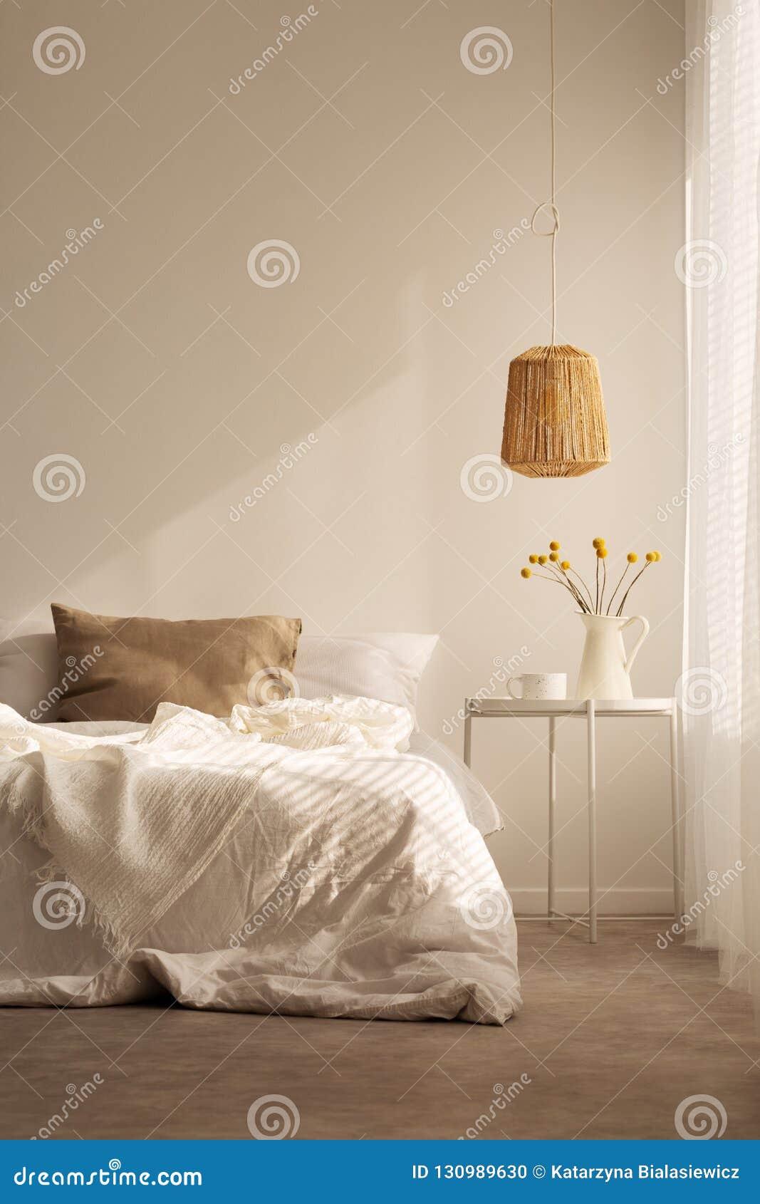 Естественный материал в спальне, реальном фото