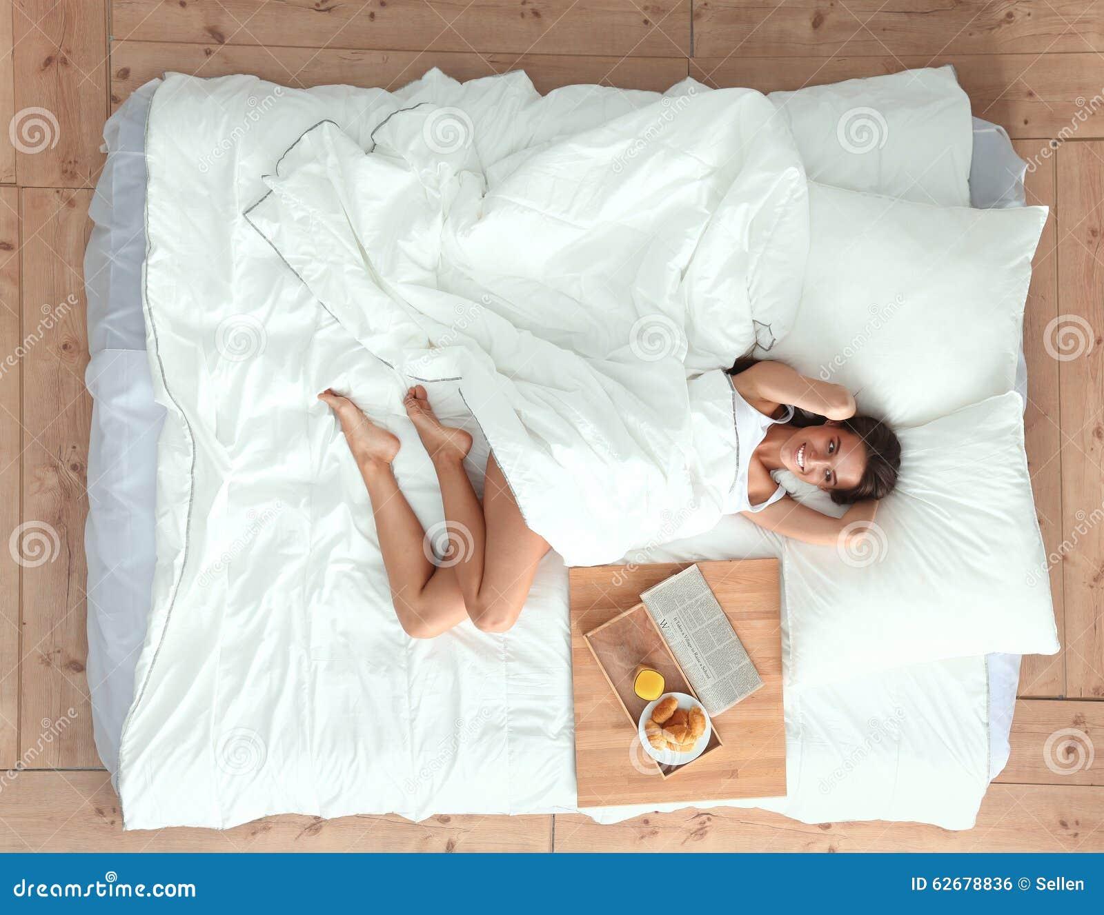 Диденко лежал на кровати а тотинку пришла домой
