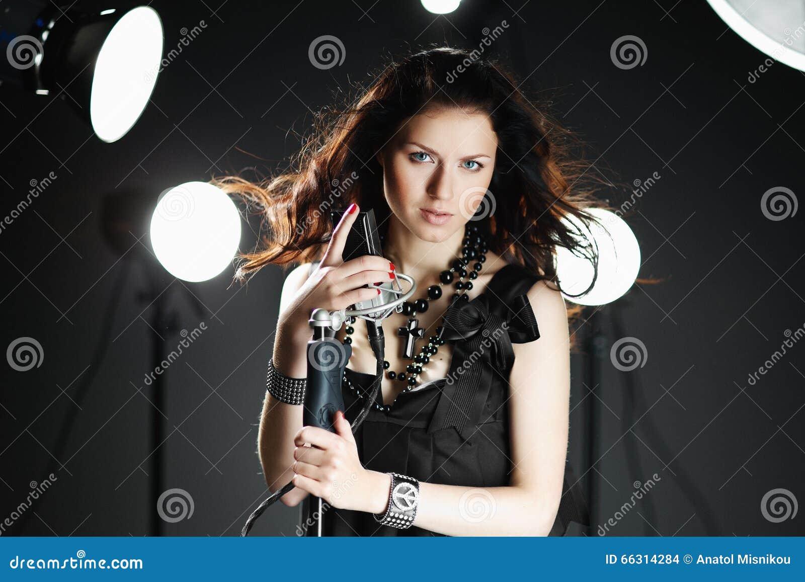 детеныши женщины петь микрофона