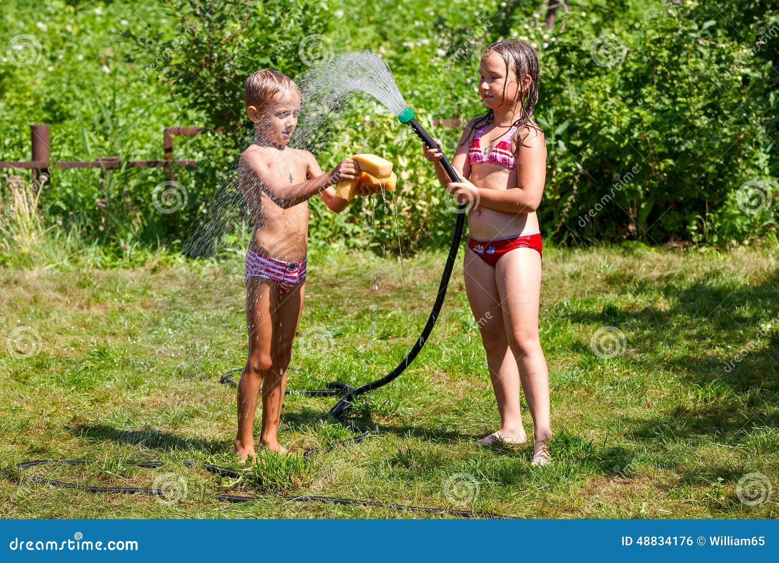дети играя воду