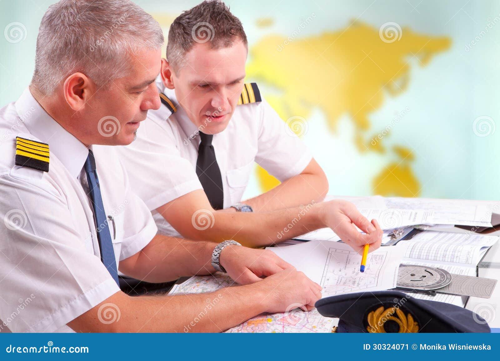 Летчики авиалинии заполняя в бумагах в ARO