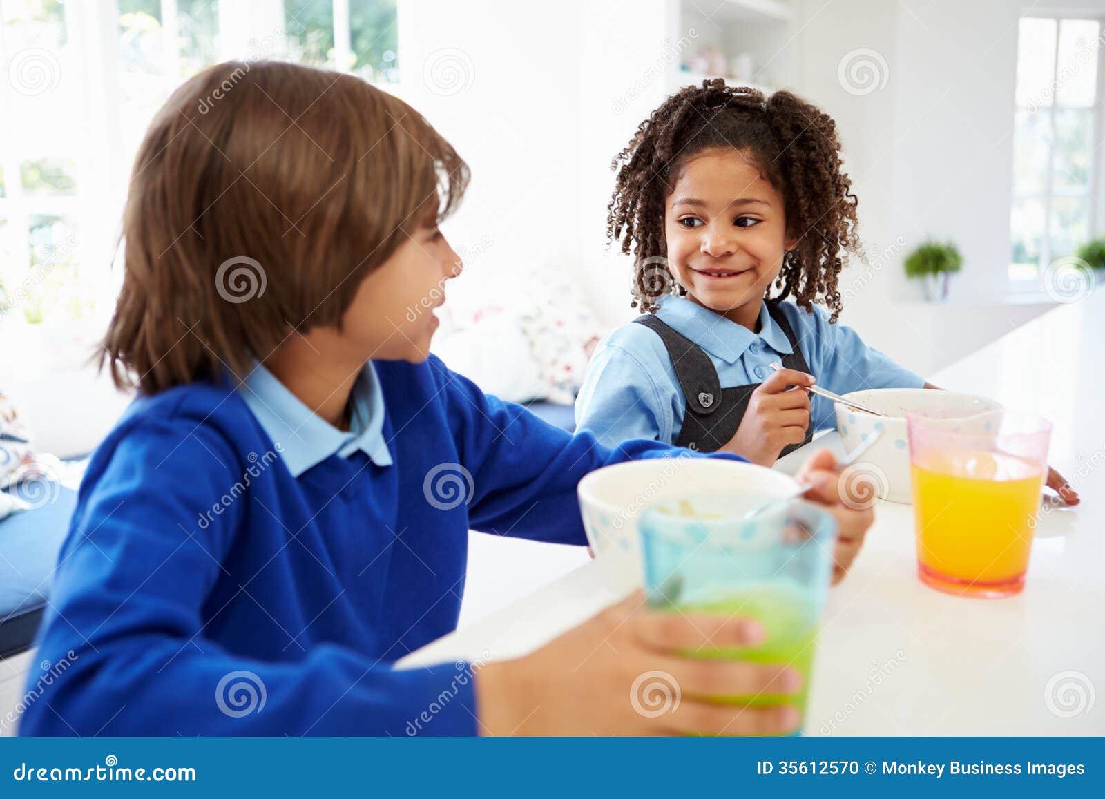 2 дет имея завтрак перед школой в кухне