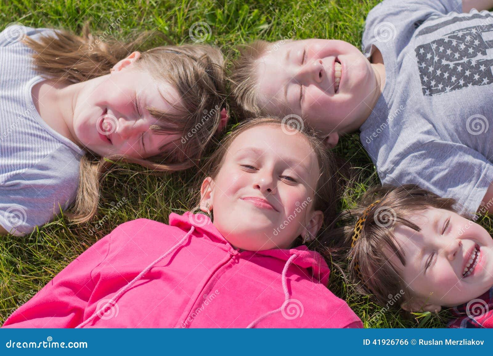 4 дет на траве, outdoors