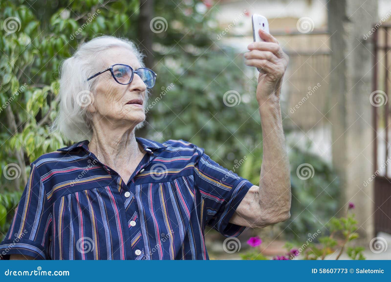 со старой бабушкой