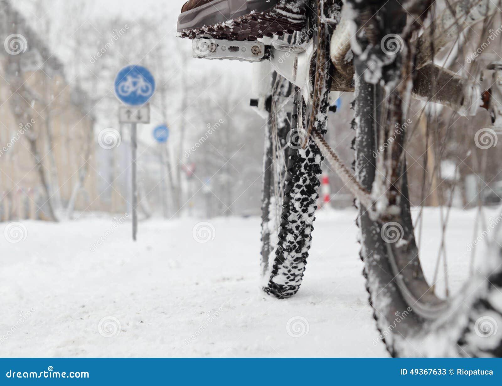 Ехать велосипед в зиме