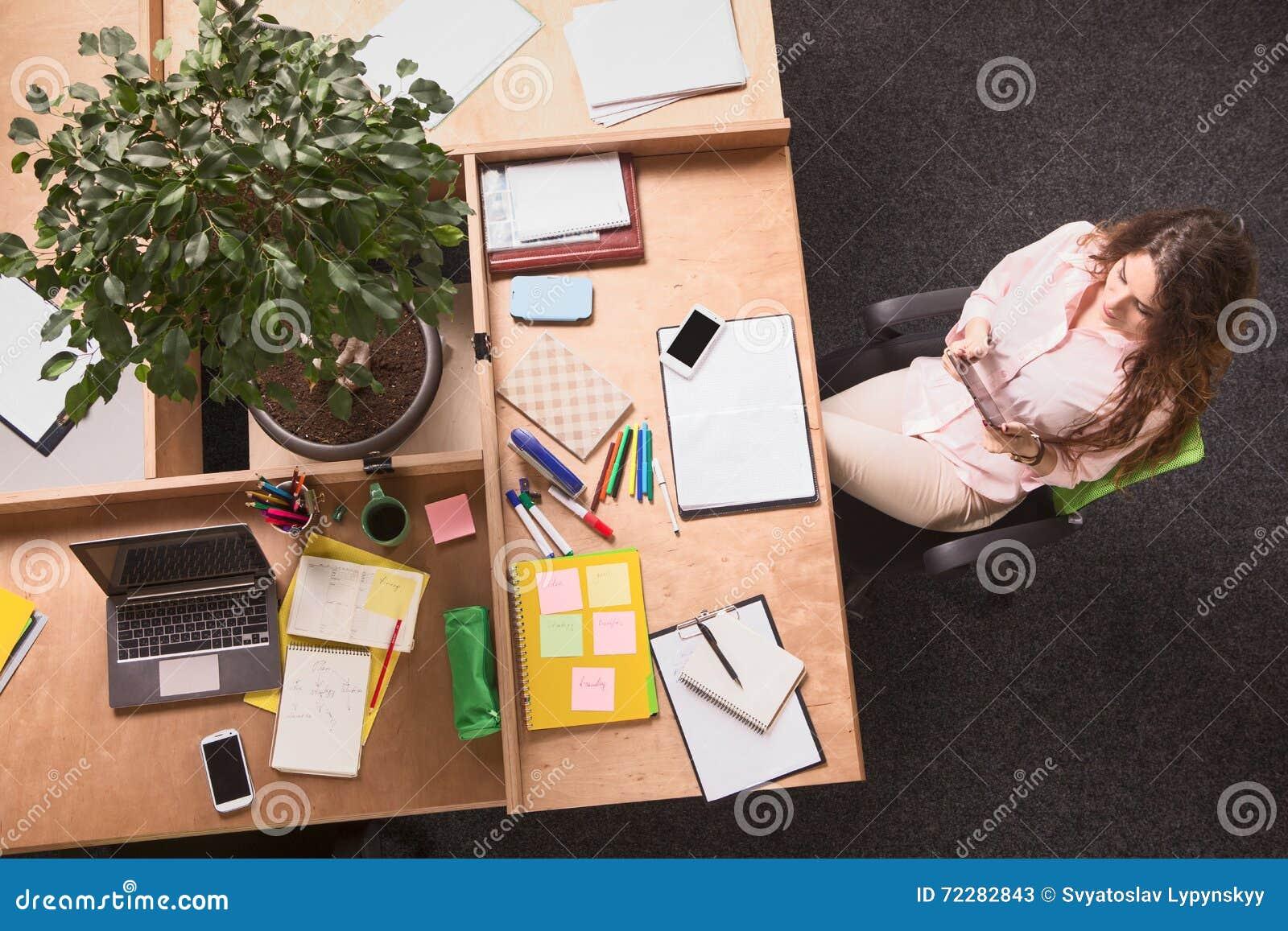 Download деятельность женщины офиса дела Стоковое Изображение - изображение насчитывающей изолировано, стоять: 72282843