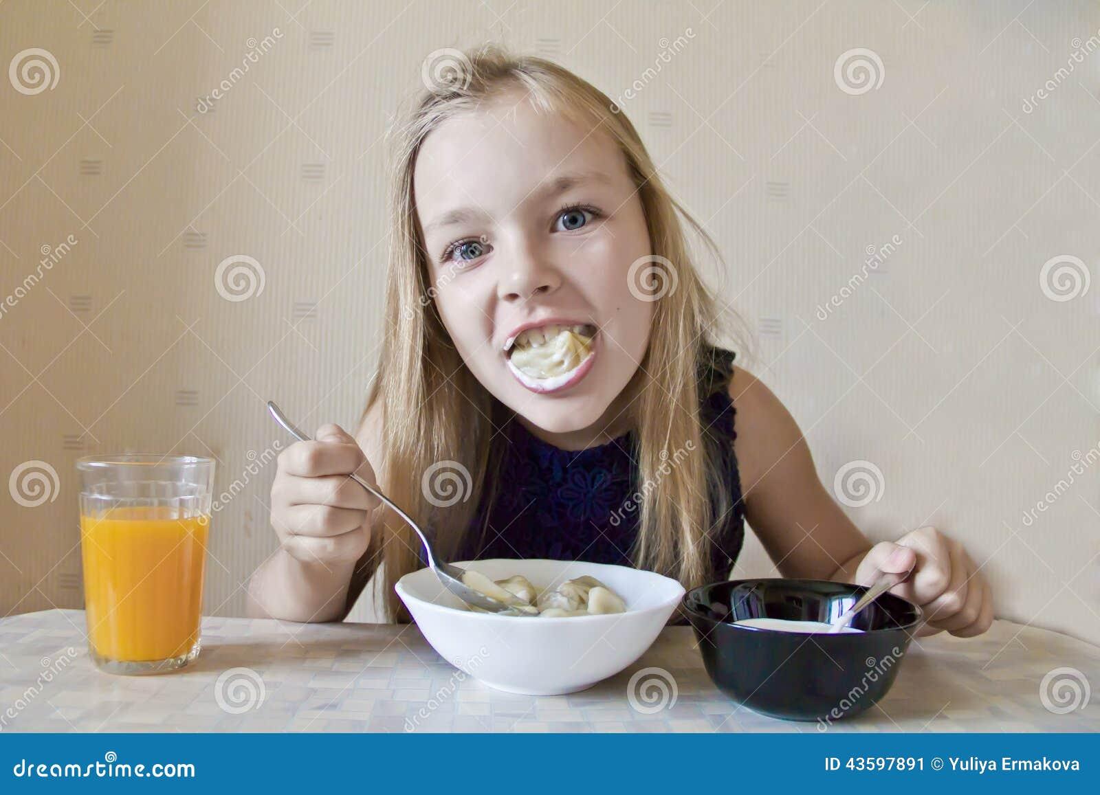 Еда милой девушки