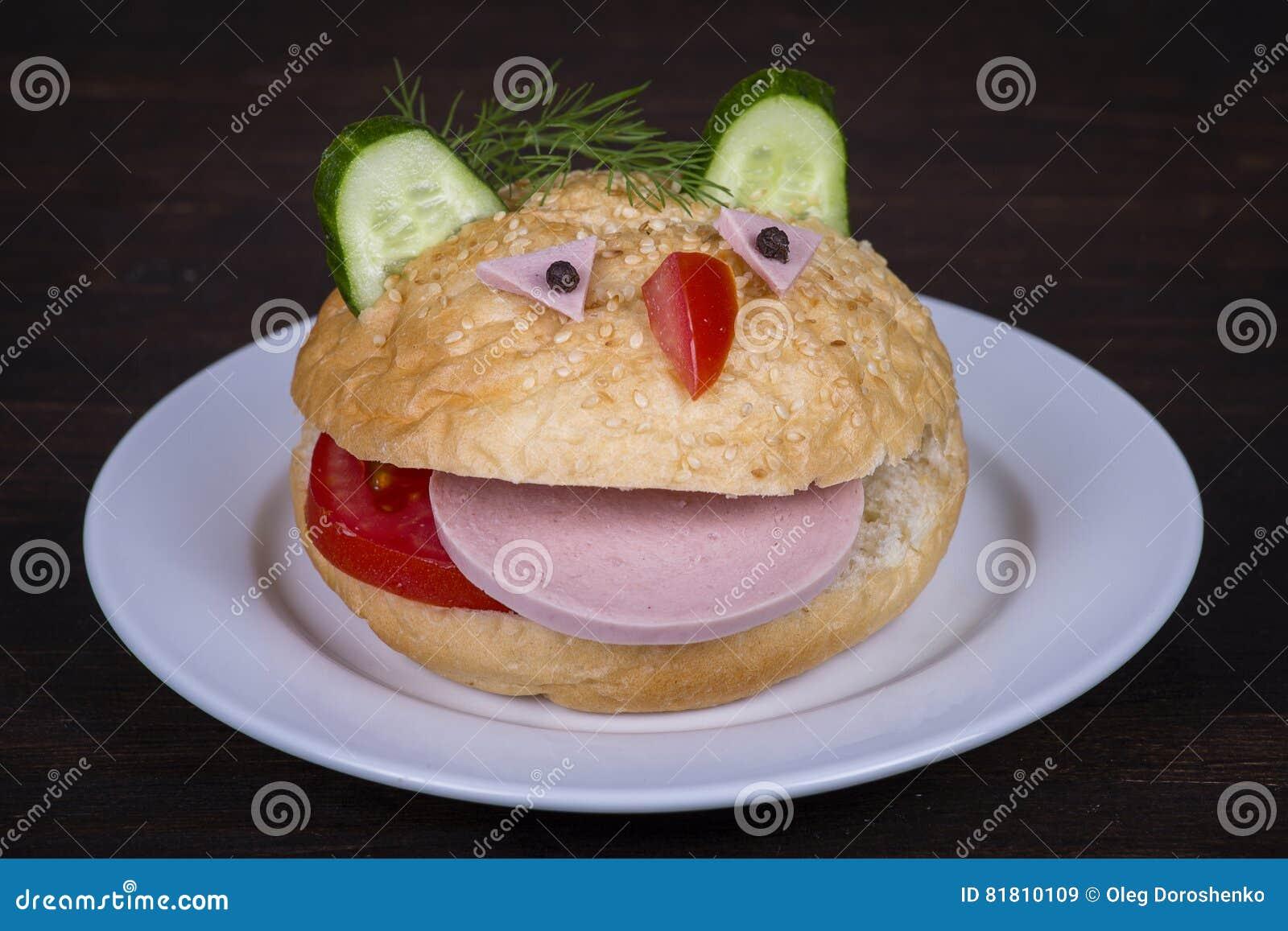 Еда потехи для детей - гамбургер выглядеть как смешной намордник