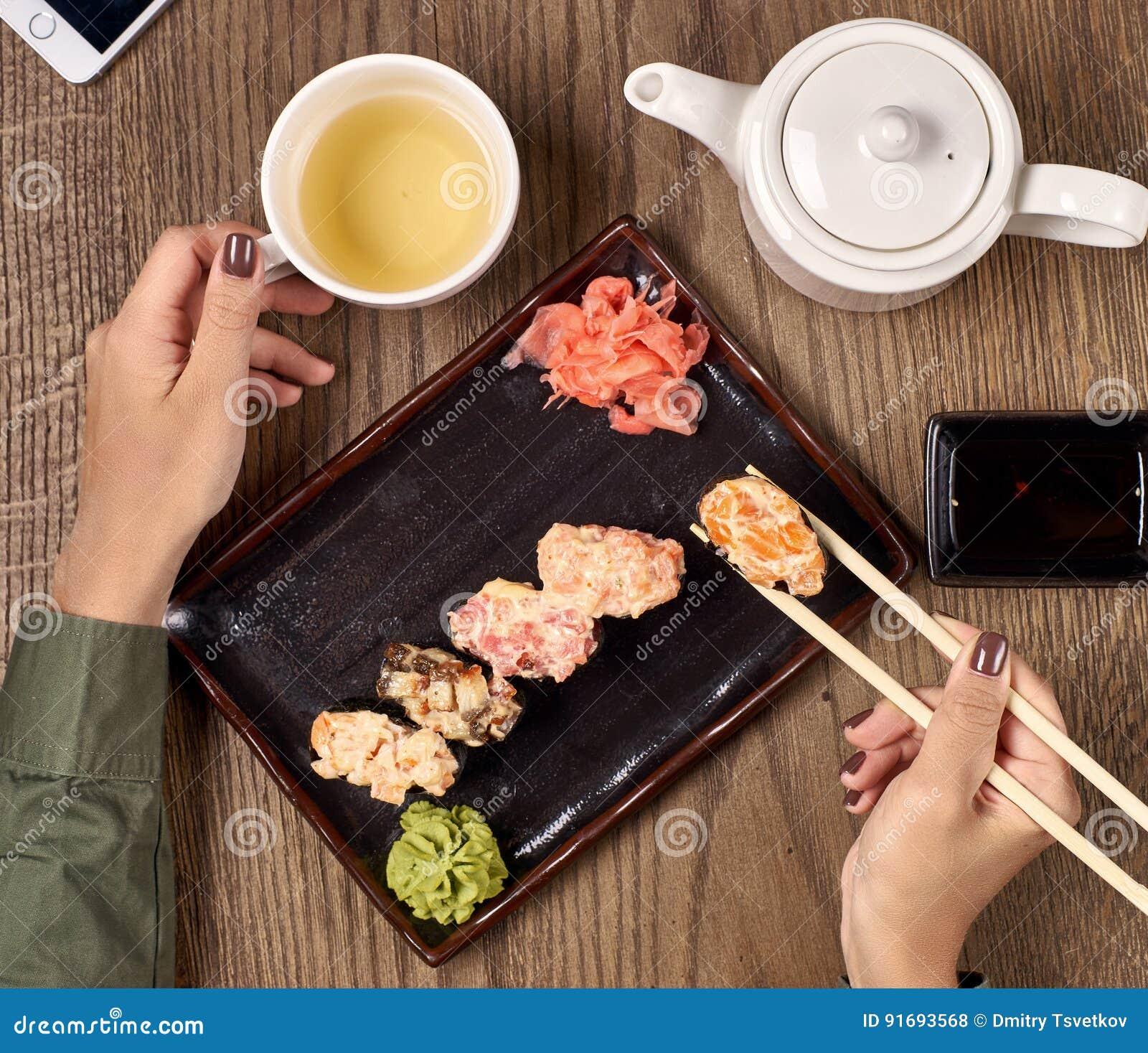 Еда суш с бамбуковыми ручками