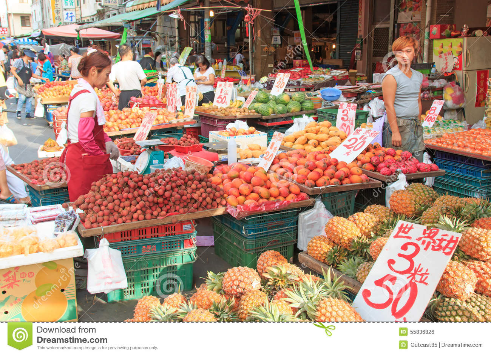 Еда людей продавая и покупая в традиционном рынке фрукта и овоща Тайваня