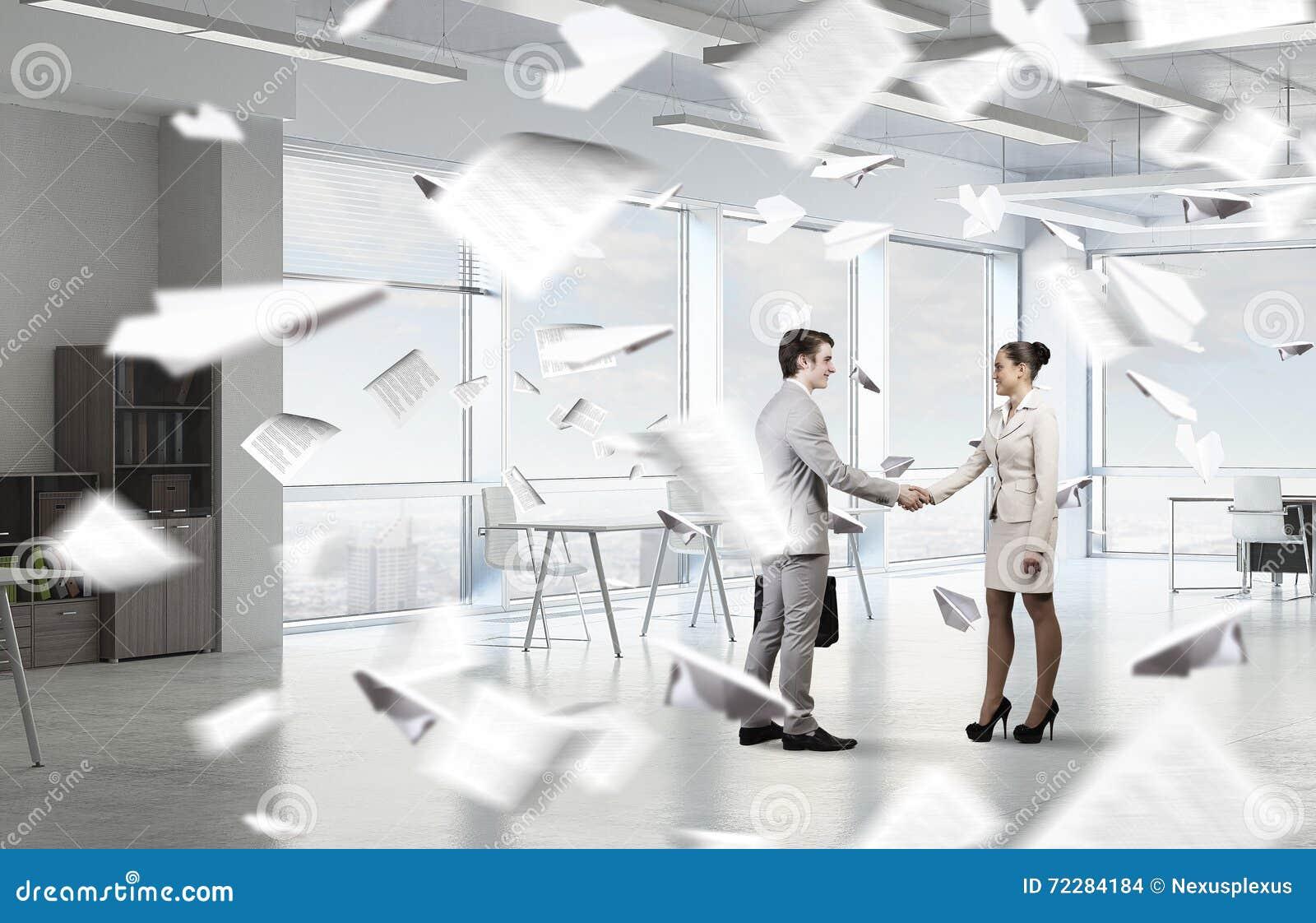 Download 2 делового партнера тряся руки Стоковое Фото - изображение насчитывающей женщина, счастливо: 72284184