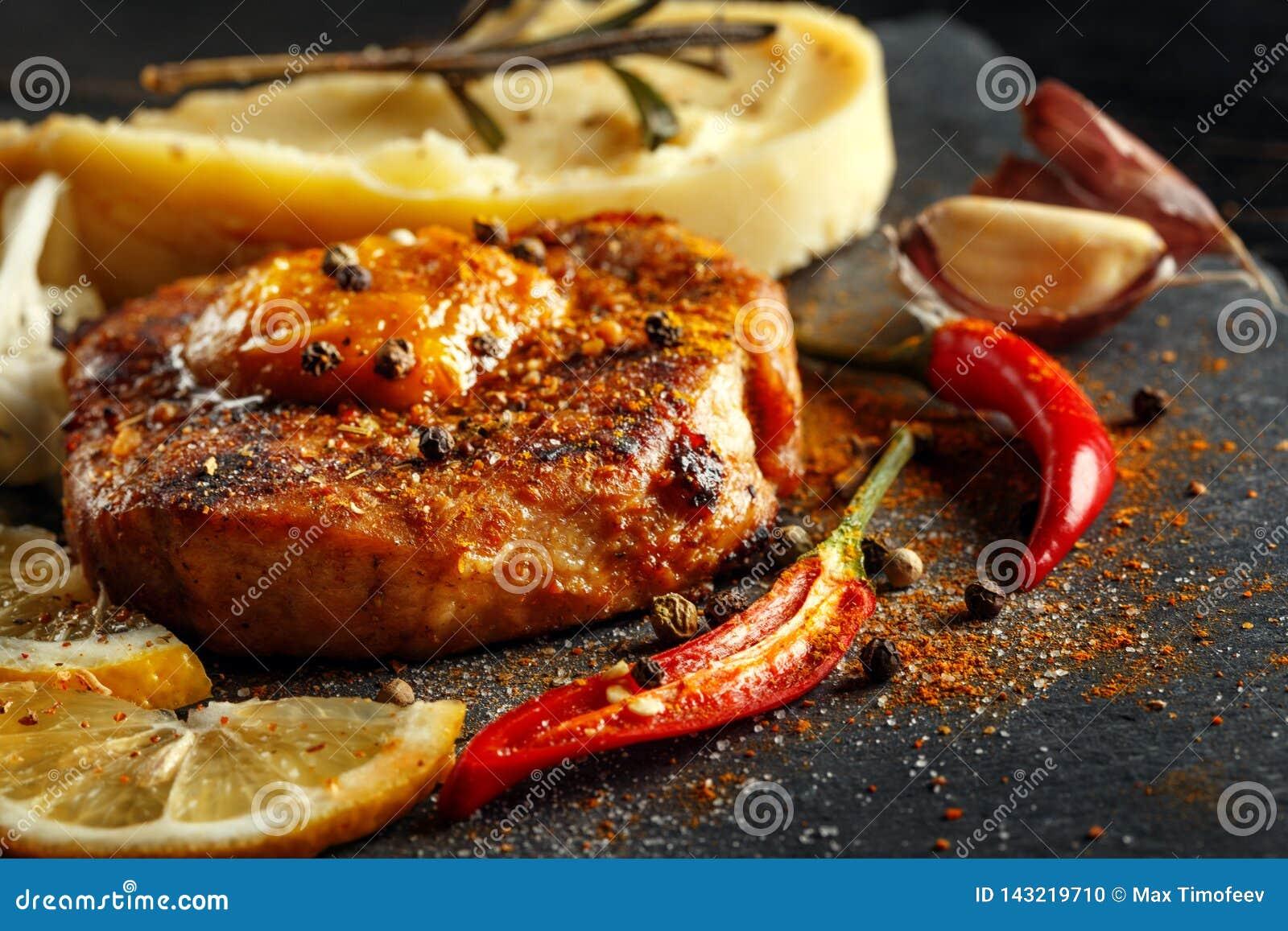 Жалуйтесь стейк с картофельными пюре, специями и соусом