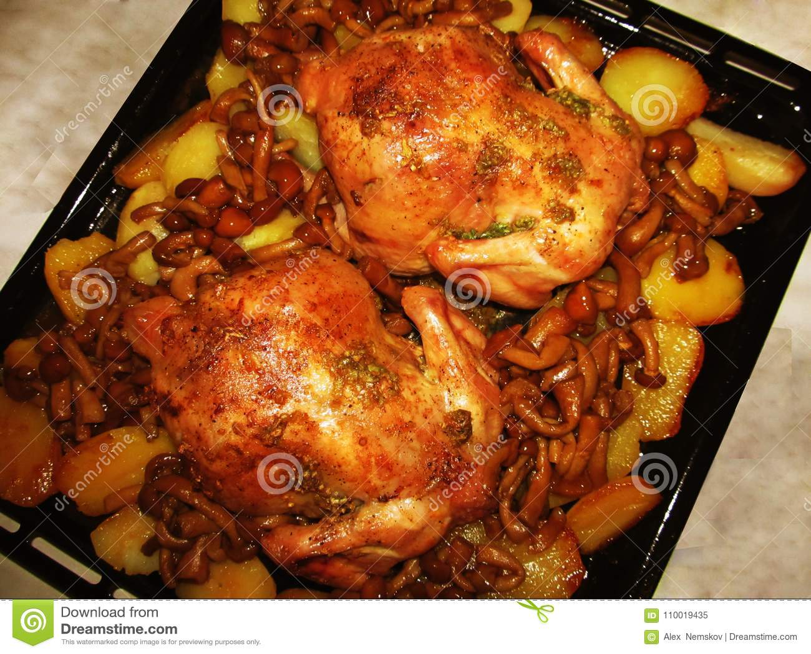 Жареная курица с грибами и картошками