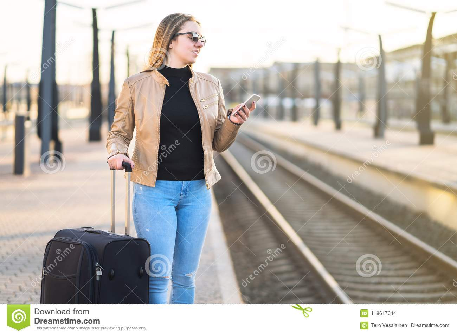 Ждать поезд Женщина покупая электронный билет