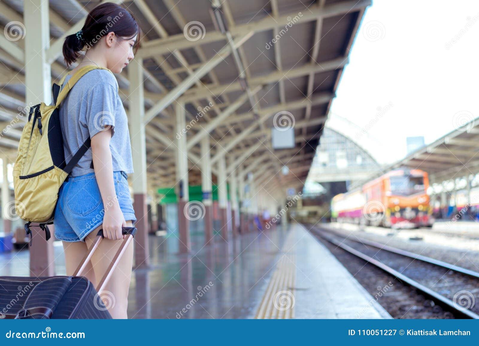 Ждать путешественника рюкзака маленькой девочки азиатский