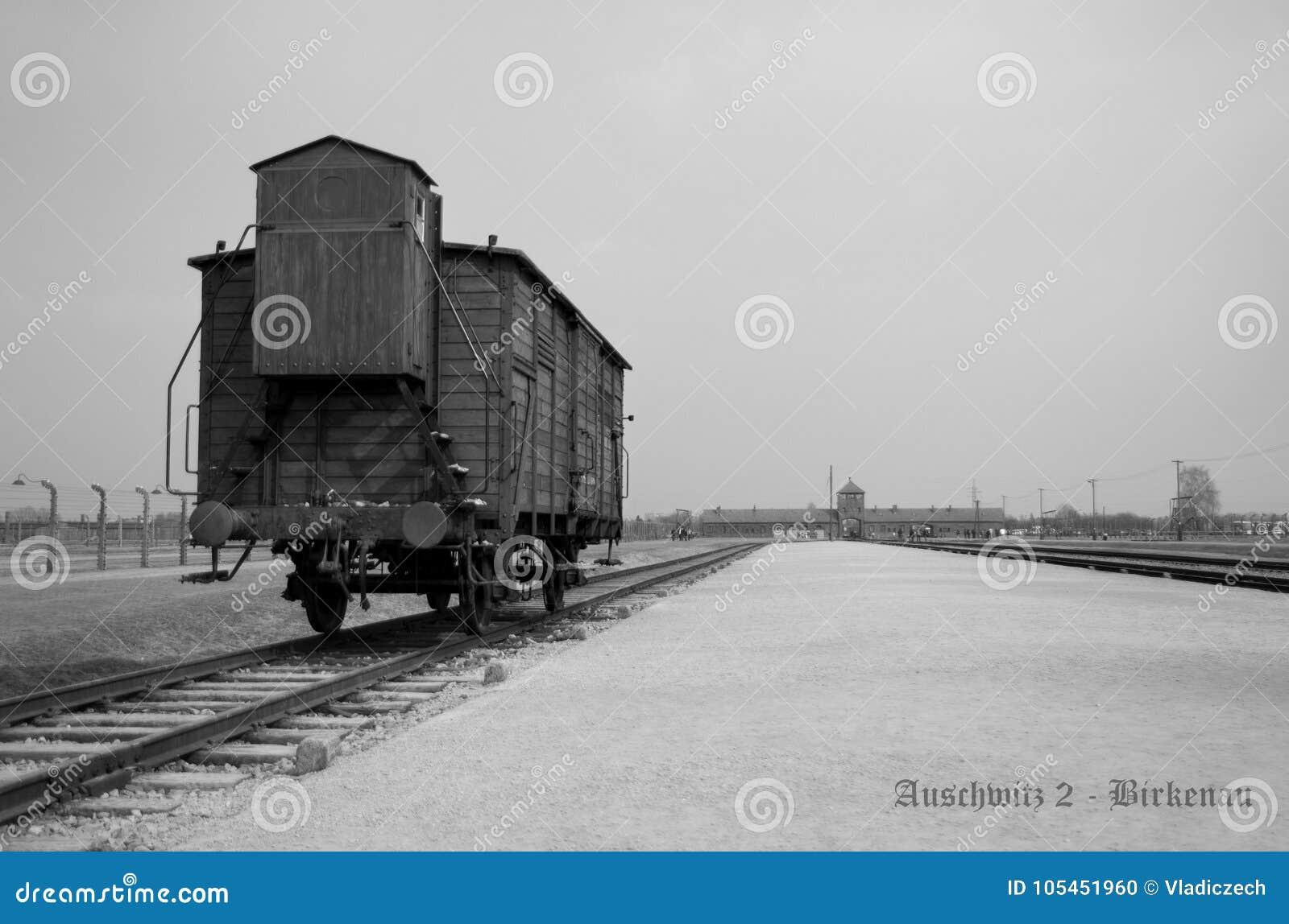 Железнодорожная платформа с экипажом, тренер на концентрационном лагере Oswiecim читает Освенцим 2 - Birkenau