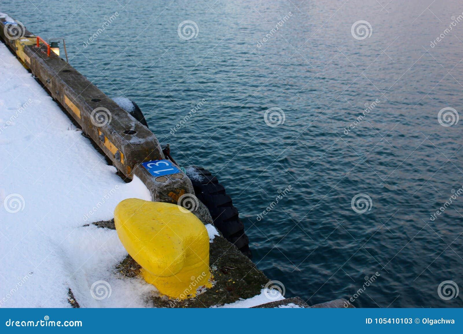 Желтая задержка корабля сравнивает воду