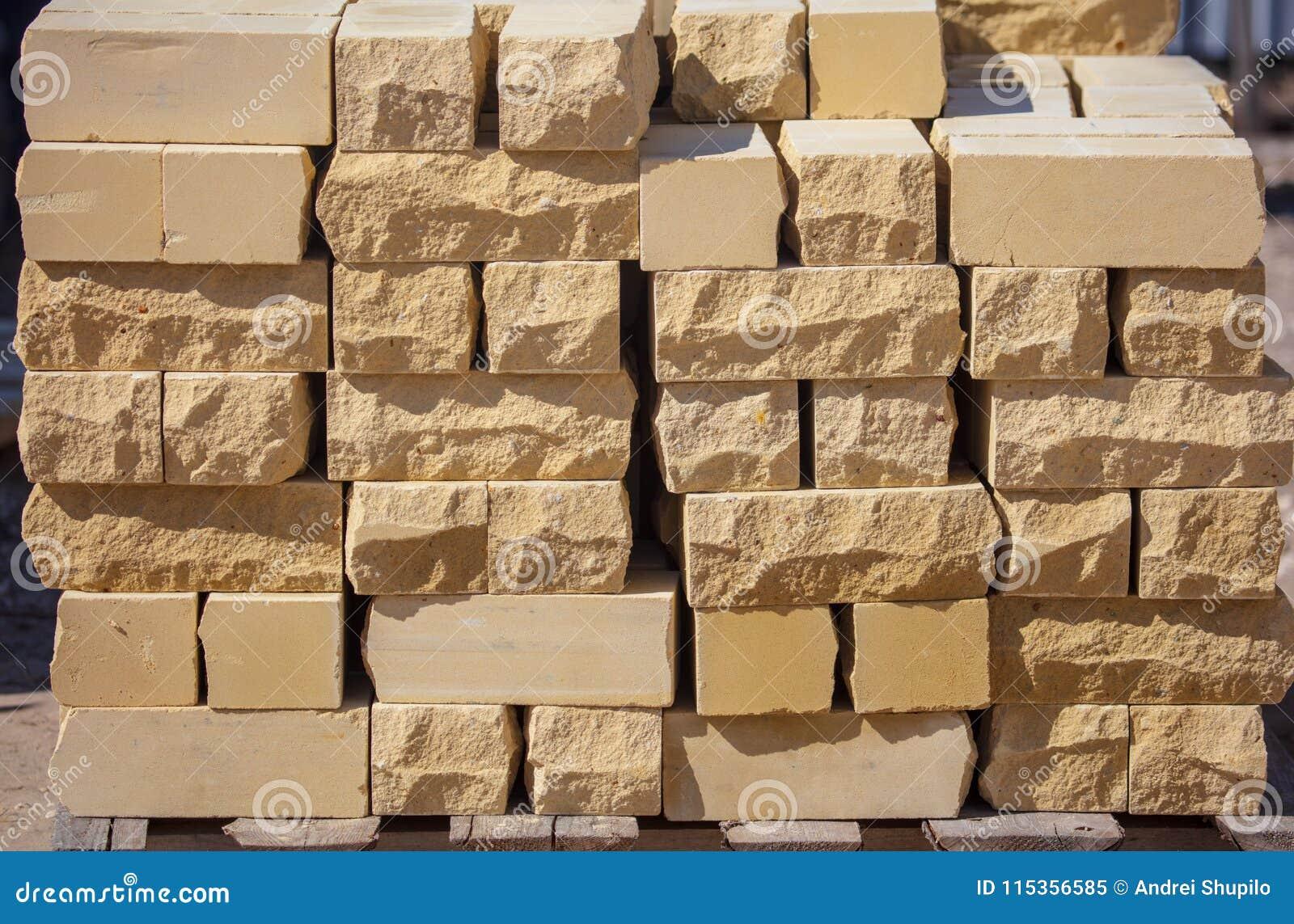 Желтые кирпичи на строительной площадке как строительный материал