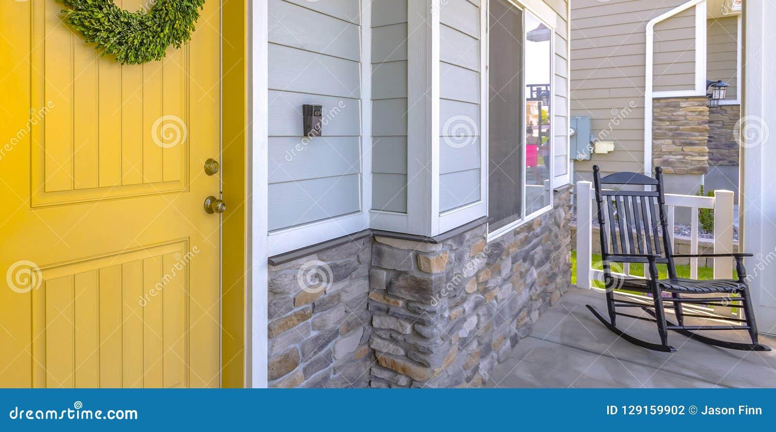Желтые парадный вход и крылечко с кресло-качалкой