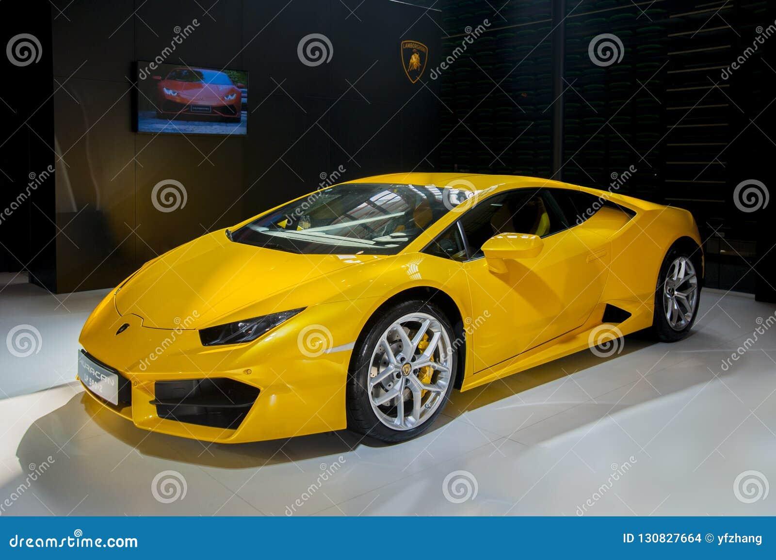 желтый автомобиль спорт Lamborghini