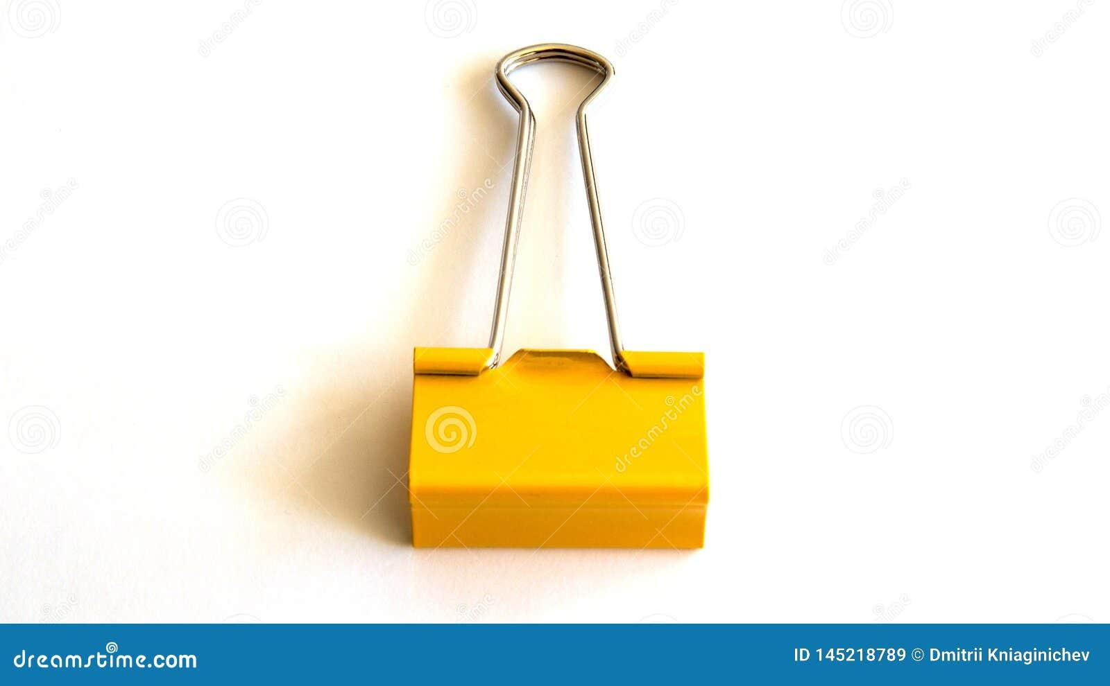 Желтый бумажный зажим изолированный на белой предпосылке - изображении