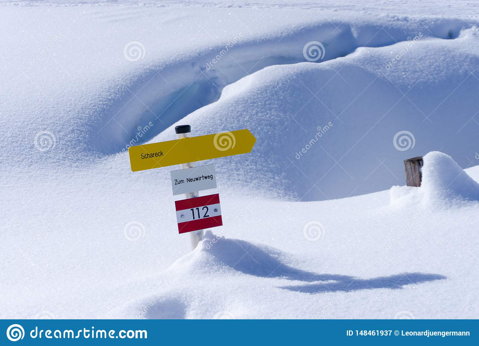 Желтый знак в снеге Австрии