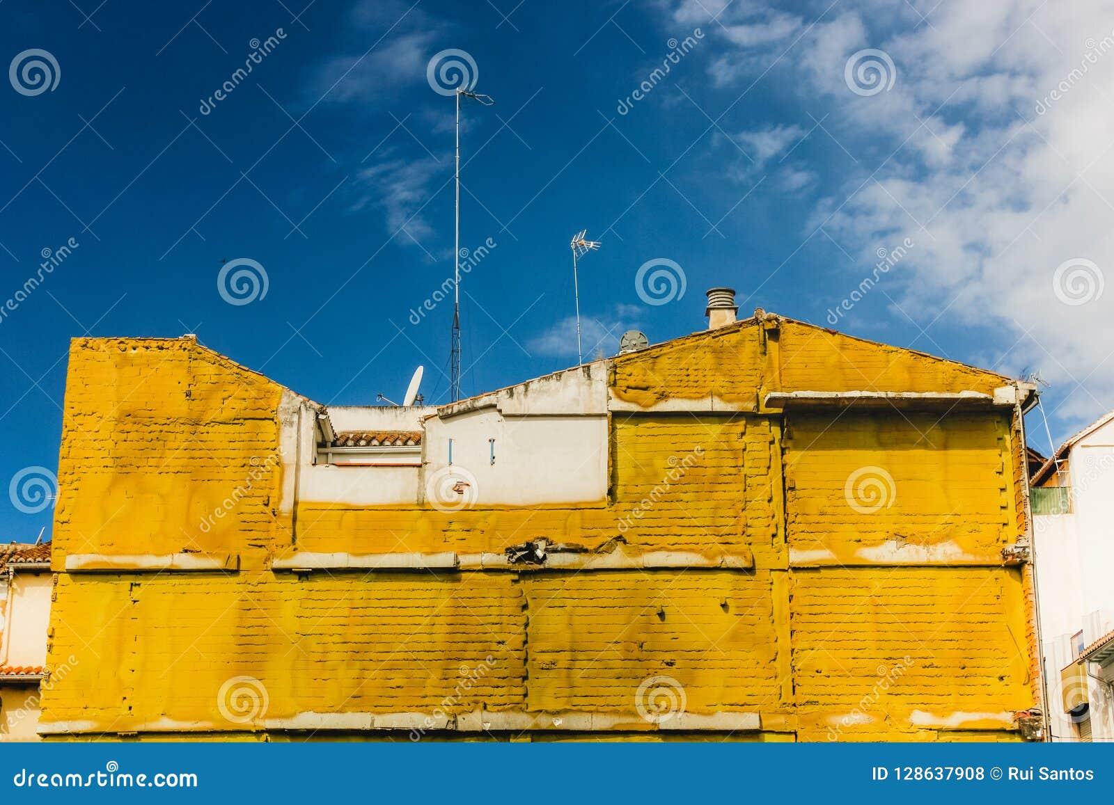Желтый изолируя материал на здании в Гранаде, Испании