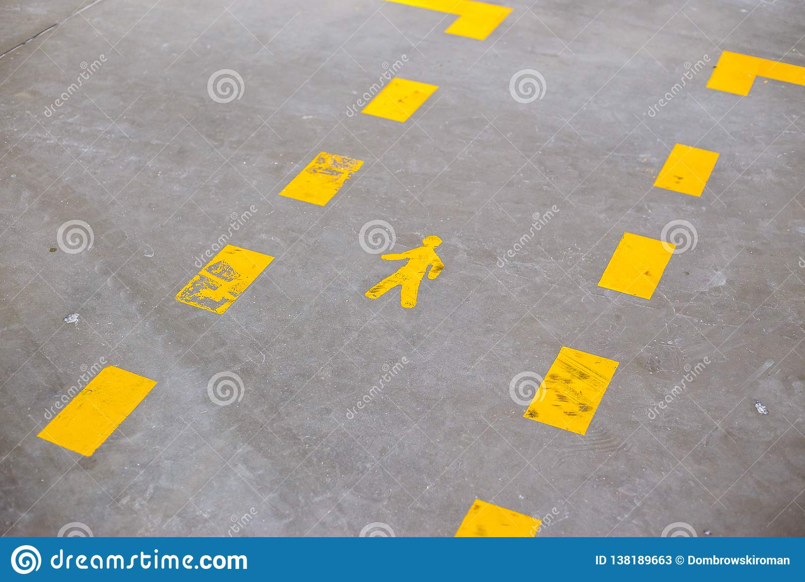 Желтый покрашенный знак показывая пешеходные майны