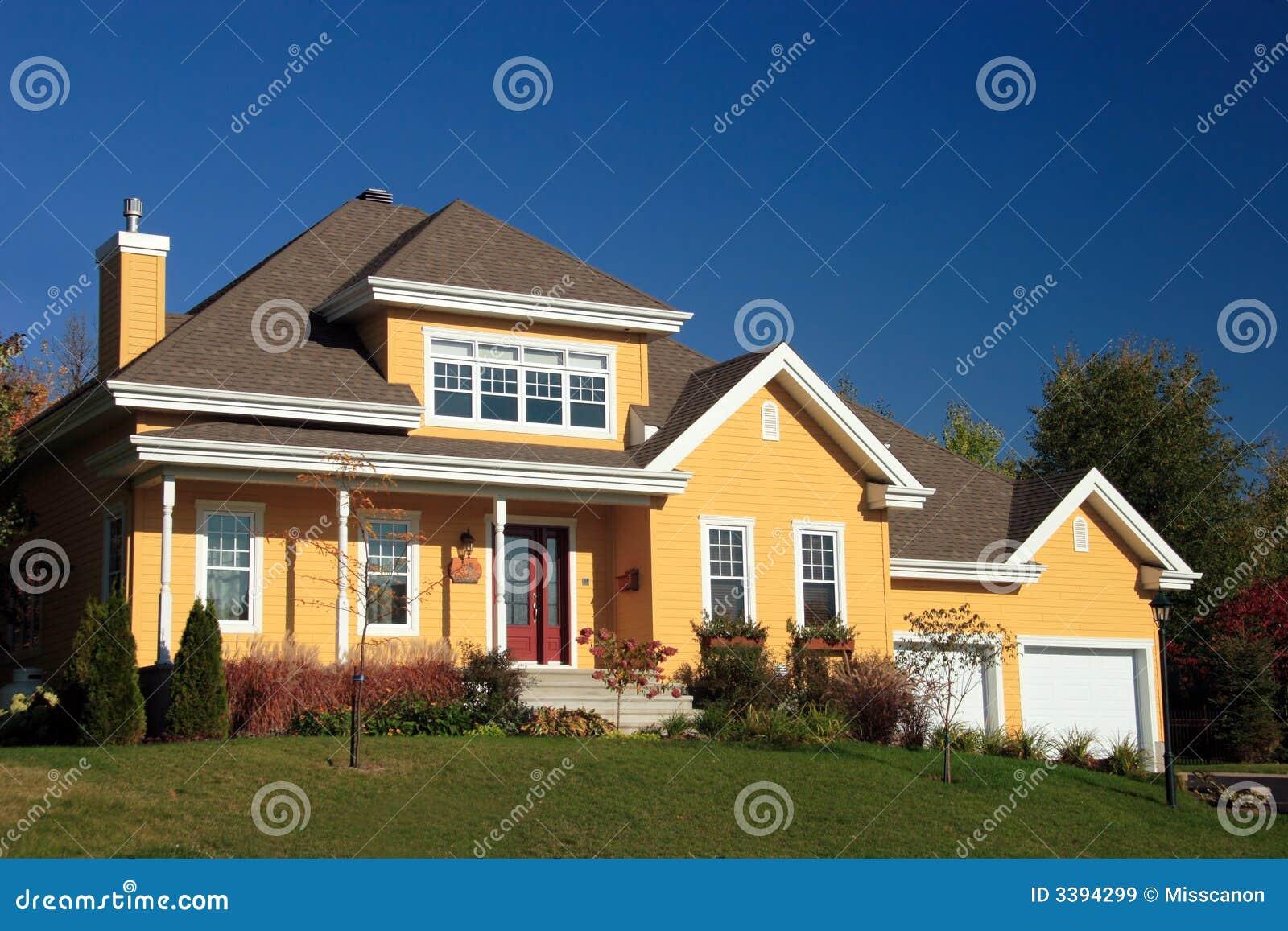желтый цвет деревенского дома
