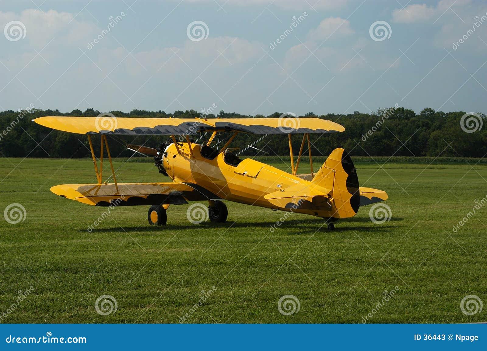 желтый цвет самолет-биплана черный