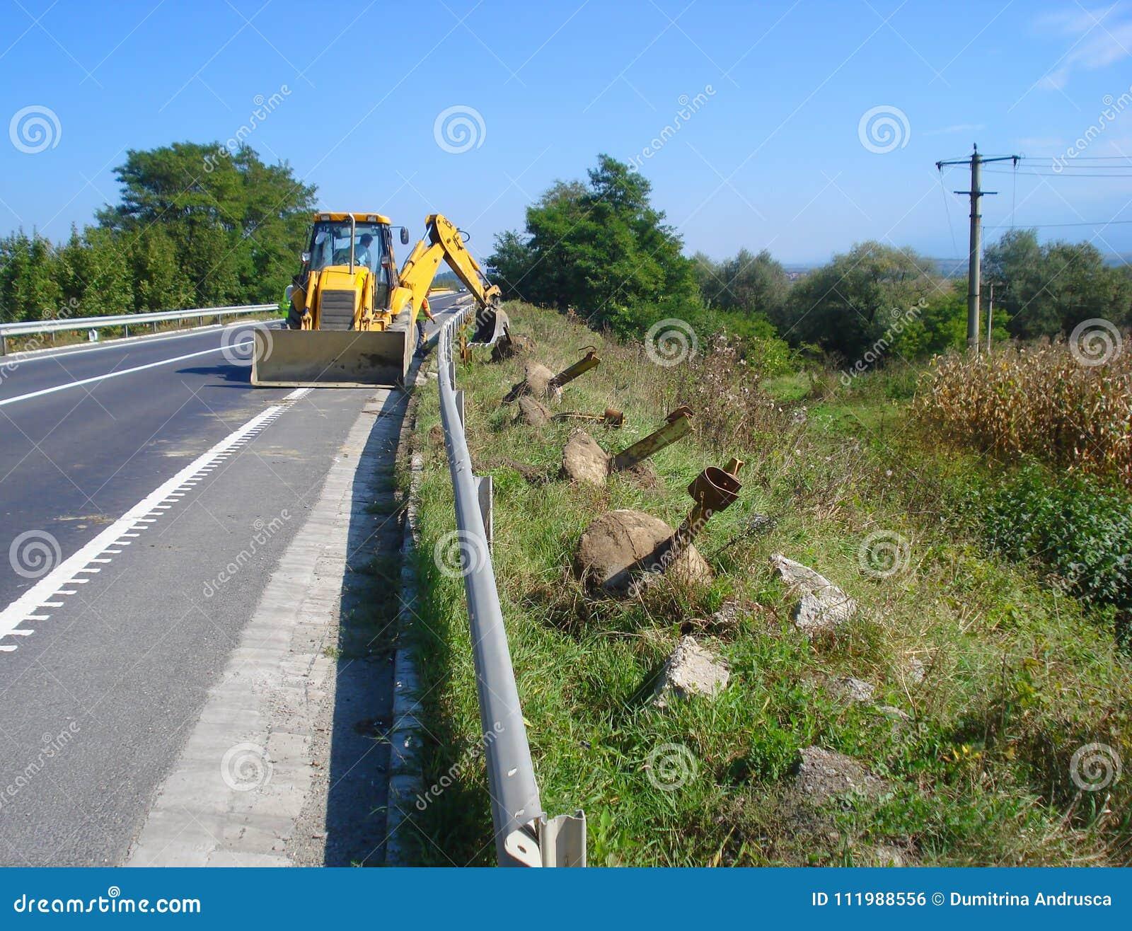 Желтый backhoe на дороге