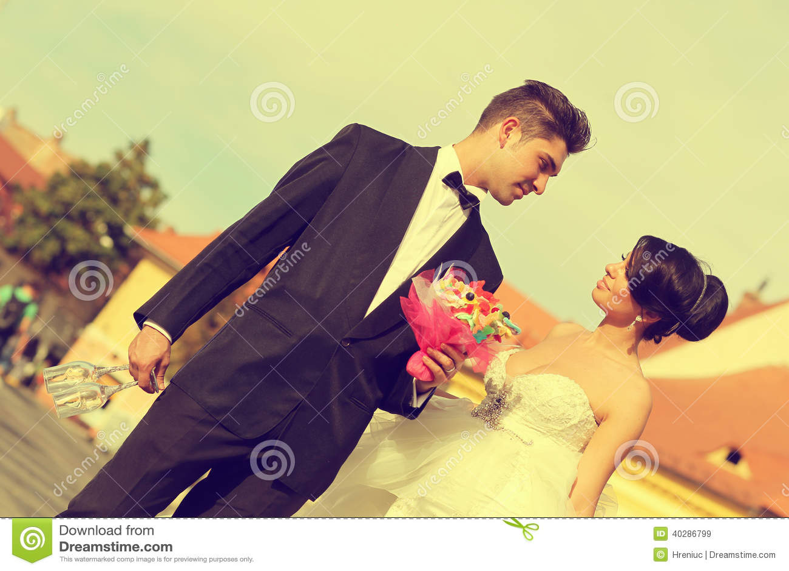 Жених и невеста в городе